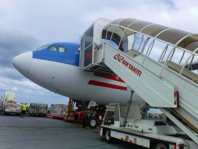 間近でタヒチの航空機を見る